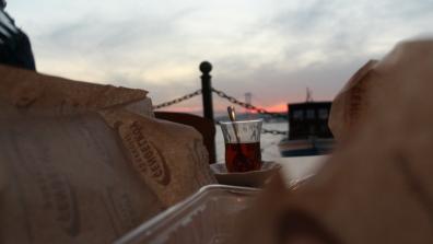 Meşhur Çengelköy böreği ve çay. (Çengelköy/ İstanbul, 2018. F: Ömer Batuhan Özmen)