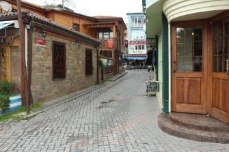 Çarşıya açılan bir Çengelköy sokağı. (Çengelköy/ İstanbul, 2018. F: Ömer Batuhan Özmen)