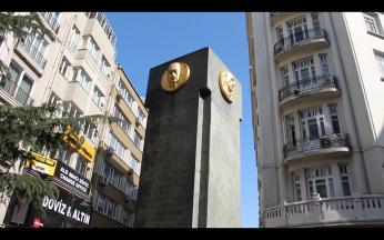 Teşvikiye meydanındaki Hüsrev Gerede anıtı. (Teşvikiye/ İstanbul, 2018. F: Ömer Batuhan Özmen)